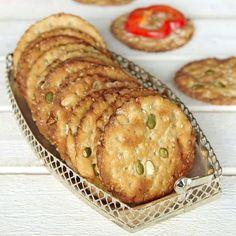 Baka små runda knäckekakor med nyttiga frön.