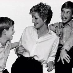 La princesa Diana con sus hijos Guillermo y Harry, intercambiando sonrisas!
