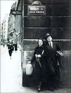 Nusch & Paul Eluard, Impasse des Deux-Anges, 1934 (Man Ray) - #O.Lettera-ti -- @Libriamo Tutti -- http://www.libriamotutti.it/ Online Art, Lee Miller, Old Paris, Vintage Paris, French Vintage, Vintage Photography, White Photography, Urban Photography, Film Photography