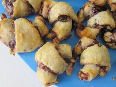Little Jewish crescent cookies filled with jam, nuts, and/or chocolate! A crowd-pleaser like you wouldn't believe. The dough is a combination of butter and cream cheese mix… Breakfast Biscuits, Breakfast Cookies, Breakfast Recipes, Crescent Cookies, Crescent Dough, Jewish Cookies, Rugelach Cookies, Roll Cookies, Holiday Recipes