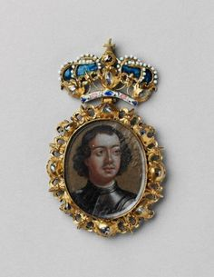 Award badge with portrait of Peter the Great Moscow, Kremlin Workshops, early XVIIIth century. Gold, silver, precious stones, glass; casting, chasing, carving, niello, enamel, painting. Height (including the crown 78 mm); height (without the crown) 55 mm; width 47 mm. From the basic Armoury collection.