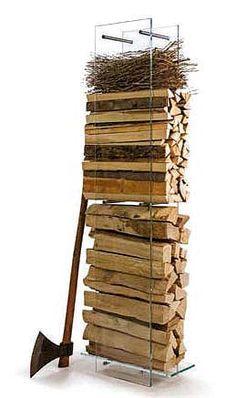 La structure transparente, en verre renforcé, révèle la prestance du bois. Elle supporte jusqu'à 40 kg, pour une taille de bûches maximum 50 cm. ©Ak47 Design