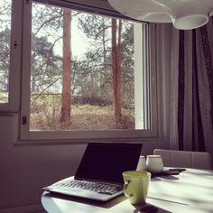 Aurinko. Pestyt ikkunat. Päiväkahvi. Lapset (poikkeuksellisesti) päiväunilla. Suklaata. Työthetki PowerPointin äärellä.  #workathome #coffee #cleanwindows #view #kitchen #cleaningday #kahvitauko
