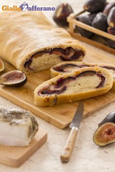 Il #PANE RIPIENO DI LARDO E #FICHI (lardo and fig stuffed bread) è un morbido e fragrante pane, fatto a mano e farcito con fettine di lardo di Colonnata e fichi, per un sapore tutto agrodolce. #ricetta #GialloZafferano #italianfood #italianrecipe