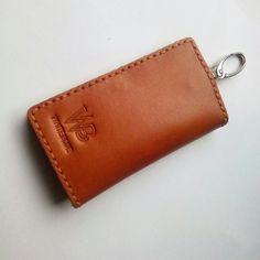 Dompet stnk kulit asli sapi warna tan model bifold, Spesifikasi 2 kantong bisa untuk tempat stnk dan kartu.  Www.jualtaskulit. com +6285642717764  #dompetpria #dompetwanita #dompetmobil #dompetstnk #dompetkartu #kulitpullup #gantungankunci #gantunganstnk #keychain #leatheridcard #leatherwallet #leatherpullup #whiteblue