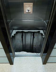 So scare / こんな絵が描かれたエレベーターなんかのれない><