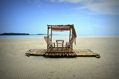 9 amazing sandbars in the Philippines - Skyscanner Philippines Middle Island, Black Backgrounds, Sun Lounger, Philippines, Places To Visit, Around The Worlds, Explore, Amazing, Beach