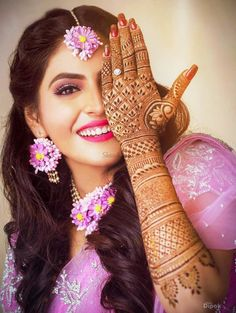 Gota and Fresh Flower Jewellery for the Indian Mehndi 🌺🌸 - Witty Vows Henna Designs, Dulhan Mehndi Designs, Bridal Mehndi Designs, Back Hand Mehndi Designs, Mehndi Art, Henna Mehndi, Blouse Designs, Tattoo Designs, Mehendi Photography