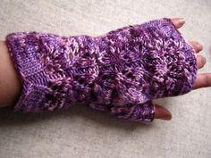 *Auch im Frühling und Sommer sind fingerlose Handschuhe ein wunderbares Accessoire: Luftig gestrickt mit zartem Lace-Muster, aus leichten Sommergarn. Von Frostpfoetchen auf Dawanda.de