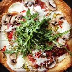 Tarta à la pizza na cieście francuskim z porami, szynką parmeńską i pieczarkami