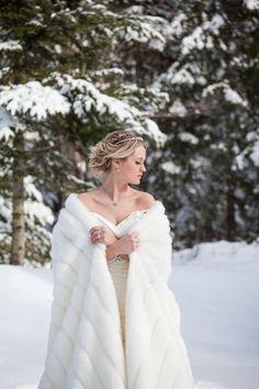 mantella di pelliccia | fur bridal cape | Winter bride look |  look sposa invernale | Baby, It's cold outside! http://theproposalwedding.blogspot.it/ #winter #bride #look #cold #freddo #inverno #sposa