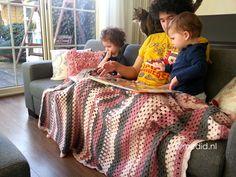 Ik vind dat haken toch wel leuk hoor. Ik begon vorig jaar met breien, pas een paar maanden terug met haken, omdat ik graag een deken wilde hebben en dit maar niet gedaan kreeg met die breinaalden en echt… Ik ben verslaafd. Aan haken. Ik vind het stiekem misschien nog wel leuker dan het breien. Je kan er zoveel meer mee. Had ik niet verwacht. Dat ik het zo leuk zou vinden bedoel ik dan. Besloot laatst nog een deken te gaan haken. Want dekentjes hier in huis kunnen we echt niet genoeg hebben…