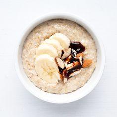 jveux être bonne: I ♥ Porridge - Banane – Dattes : Décorer de quelques rondelles de bananes. Hacher finement 2 ou 3 dattes. Sucrer le tout avec du sirop de dattes (dispo en épicerie bio).