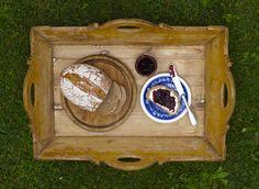 Sonntagsfrühstück mit unserer Kirschmarmelade und dem frischgebackenen Bauernbrot aus der Gutsbäckerei - mehr geht nicht! #stockseehof #kirschmarmelade #bauernbrot #frühstück