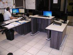Poste de travail ergonomique multi-moniteurs ajustable en hauteur pour centres d'urgence 911 et société de transport en commun - Position élevée du module central
