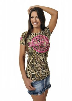 Girls With Guns Clothing Duck Tee - Mossy Oak Blades Camo/Neon Pink Southern Outfits, Country Girls Outfits, Country Girl Style, My Style, Country Life, Camo Outfits, Casual Outfits, Under Armour Sweatshirts, Lifestyle Clothing