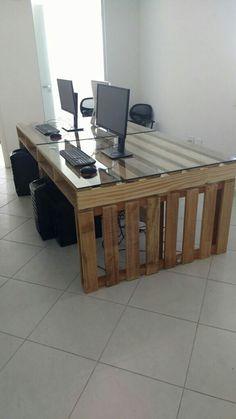 Mesa com 2 paletes + vidros, fabricada para nossos clientes, proprietários de uma empresa, especializada em produção de vídeos para Internet.