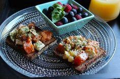 Kalainen kesäbrunssi on pitkien aamujen hemmotteluhetkiä parhaimmillaan. Tuore lohi saa kaverikseen suolaista vuohenjuustoa ja suolaista makupalettia täydentääkin mukavasti makeahko perunalimppu.