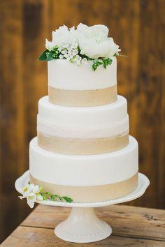 Rustic wedding cake. Photography: Katie Jackson Photography - www.KatieJacksonPhotography.com #goldweddingcakes