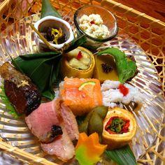 京都府に行ったら、ホテルのおばんざいビュッフェもいいけれど、ぜひ名店で京料理を味わっていただきたいです。5000円以下で楽しめる懐石料理や、京都ならではのお漬け物、庭園の素敵なお店など、おすすめのランチをランキングにしました。ぜひ参考にしてみてください。