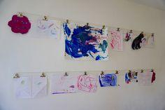 Wie wir unsere Kinderkunstwerke aufhängen // unsere Art Gallery - new Mamas… Kids Art / Kunst / Kinder / Malen Basteln Aufhängen/ Aufbewahren/ Kinderzimmer / Kids room / Space / toddler room / Inspiration / paintings