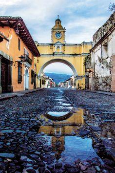 Antigua Guatemala es una ciudad con arquitectura colonial y muy pintoresca, uno de sus atractivos es el arco que se encuentra en una de sus calles. Antigua Guatemala, Guatemala.