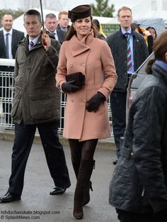 Kate at Cheltenham March 2013 wearing 2007 Joseph coat, Weizman boots, Betty Boop Lock & Co. hat, Natasha clutch and Cornelia James bow gloves. Kate And Pippa, Kate And Meghan, Prince William And Catherine, William Kate, Duchess Kate, Duchess Of Cambridge, Kate Middleton Coat, Princesse Kate Middleton, Princesa Kate