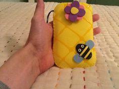 Funda movil abeja de goma eva/Bee mobile case made with foam rubber