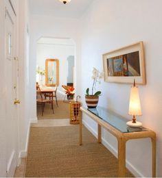 Dar ve uzun koridorlar için, yuvarlak formda ve asimetrik şekilde aynalar satın alınarak, duvar boyunca asılabilir. Bu sayede, şık bir dekorasyon elde edilebilir.