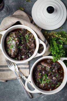Spécialités Française et réalisée dans de nombreuses région, le coq au vin plaira à certains, mais déplaira surement à d'autres ! Nous vous conseillons tout de même de goûter cet incontournable de la cuisine Française.