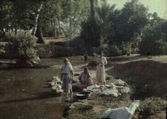 women doing laundry in Oujda, northern Morocco by Jules Gervais-Courtellemont early 20th century  #Morocco #photographie #French #Frenchprotectorate