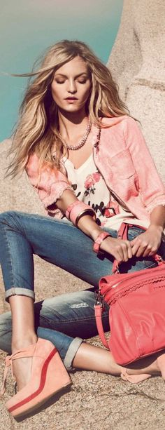 TWIN-SET Simona Barbieri: pink tweed jacket, red bag and pink shoes! Denim Fashion, Love Fashion, Fashion Beauty, Womens Fashion, Mode Style, Style Me, Casual Outfits, Summer Outfits, Estilo Jeans