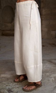 Safari style: sleeveless beige linen tunic and linen trousers. Linen Trousers, Linen Tunic, Maxi Shirts, Pants For Women, Clothes For Women, Classy Casual, Sleeveless Tunic, Fashion Pants, Fashion Pictures