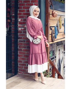 Image may contain: 1 person standing Günlük Tesettür Modası Modern Hijab Fashion, Abaya Fashion, Muslim Fashion, Women's Fashion, Hijab Dress, Hijab Outfit, Hijab Fashionista, Casual Outfits, Fashion Outfits