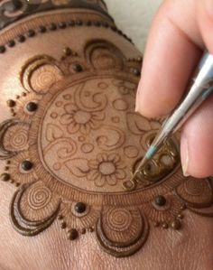 SR I have to accept it, I love filling in the negative space! Mehndi Designs 2014, Basic Mehndi Designs, Floral Henna Designs, Henna Art Designs, Mehndi Designs For Girls, Mehndi Designs For Beginners, Stylish Mehndi Designs, Dulhan Mehndi Designs, Mehndi Designs For Fingers