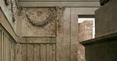 Particolare della decorazione interna dell'Ara Pacis; un fregio separatore introduce la porzione superiore, dove alcuni festoni, decorazioni a forma di fascio vegetale, sono appesi a dei teschi di buoi, che hanno un valore simbolico legato ai sacrifici.
