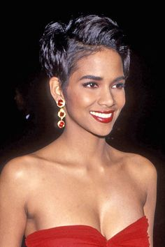 25 Halle Berry Approved Ways To Style Your Pixie Cut Halle Berry Pixie, Halle Berry Short Hair, Halle Berry Style, Halle Berry Hot, Halle Berry Young, Halle Berry Hairstyles, Pixie Hairstyles, Hally Berry, Hair Evolution