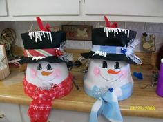 Pretty homemade Christmas decorations with clay pots - Creatistic Clay Flower Pots, Flower Pot Crafts, Painted Flower Pots, Clay Pot Crafts, Clay Pots, Diy Crafts, Shell Crafts, Snowman Decorations, Snowman Crafts