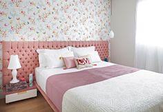 O quarto superfeminino tem cabeceira rosa pastel e papel de parede com flores e borboletas. Projeto da arquiteta Letícia Arcangeli, da Marcenaria Santíssima Fé  Lufe Gomes / Casa e Jardim