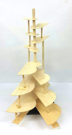 경첩 조형물 프로토타입 2차 - 1  아이디어 스케치를 기반으로, 프로토타입을 한 번 더 제작해 보았다. 아래쪽의 손잡이를 잡고 움직이면, 서로 연결된 판들이 동시에 접혔다가 펴지는 구조이다.