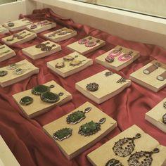 Brincos e anéis de pedras brasileiras