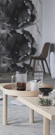 En kaffebricka med STOCKHOLM bricka i ask på ett STOCKHOLM soffbord i ask