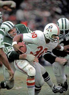 Carl Garrett with Boston Patriots. Nfl Football Players, Patriots Football, Football Memes, School Football, American Football League, American Sports, Wvu Sports, Boston Sports, Sports News