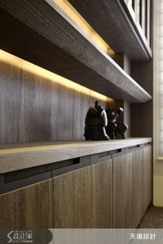 Shelves that stand out from the wall a bit, and have strip lighting in the back edge Shelf Design, Cabinet Design, Architecture Details, Interior Architecture, Bibliotheque Design, Joinery Details, Interior Lighting, Interior Design Kitchen, Furniture Design