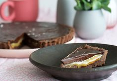 Chokoladetærte opskrift - virkelig lækker med saltkaramel A Food, Food And Drink, Sweet Tarts, Chocolate Lovers, Chocolate Ganache, Cakes And More, Pie Dish, Cake Recipes, Serving Bowls