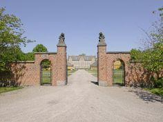 Lungholm Slot og Gods 5 km sydøst for Rødby