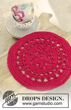 Crochet table cloth with lace pattern for Christmas in DROPS Cotton Viscose. Free pattern by DROPS Design. Beginner Knitting Patterns, Crochet Rug Patterns, Doily Patterns, Crochet Chart, Crochet Motif, Crochet Doilies, Free Knitting, Free Crochet, Drops Design