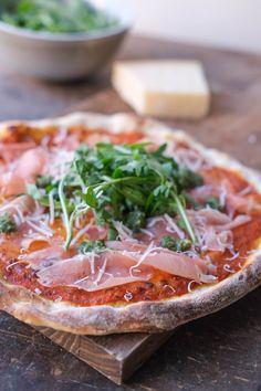 En perfekt sprød pizza med surdej der toppes med parmaskinke, ruccola og pesto. Her finder du en pizzaopskrift på en af mine favoritter. Mozzarella, Parmesan, Pesto, Camembert Cheese, Pizza, Food, Meals