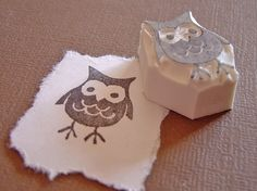 Owl Stamp… An owl stamp that is actually a relief print, easy and cool. Stencil, Cuadros Diy, Homemade Stamps, Eraser Stamp, Stamp Carving, Stamp Printing, Ink Stamps, Hand Carved, Prints