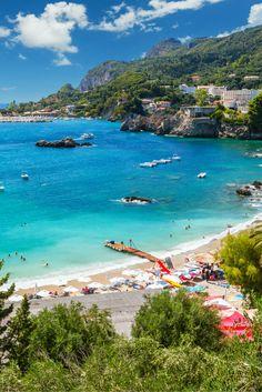 Corfu! STOP met scrollen! v/a €49 ga je vijf dagen naar dit heerlijke Griekse eiland met ticket, appartement, én transfer, dus pak je koffers en let's GO!✈☀